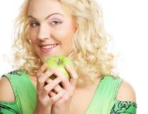 Blonde Frau, die ein Bündel gra hält Lizenzfreies Stockfoto