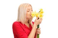 Blonde Frau, die ein Bündel Tulpen riecht Lizenzfreie Stockbilder