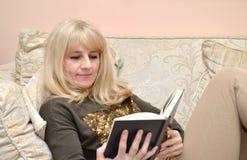 Blonde Frau, die ein Buch liest Lizenzfreie Stockbilder
