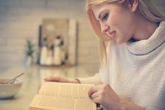 Blonde Frau, die ein Buch liest Lizenzfreies Stockbild