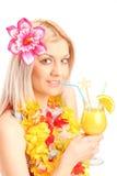 Blonde Frau, die ein exotisches Cocktail trinkt Lizenzfreies Stockfoto