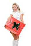 Blonde Frau, die ein Geschenk gibt Lizenzfreies Stockbild
