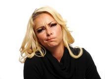Blonde Frau, die ein Gesicht macht Lizenzfreie Stockfotos