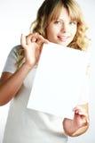Blonde Frau, die ein Papier anhält Stockfotografie