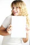 Blonde Frau, die ein Papier anhält Lizenzfreies Stockbild