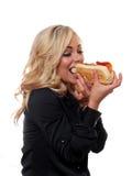 Blonde Frau, die ein Sandwich isst Stockfotos