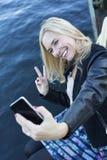 Blonde Frau, die ein selfie nimmt Stockfotografie