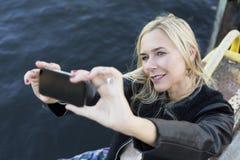 Blonde Frau, die ein selfie nimmt Lizenzfreie Stockfotos