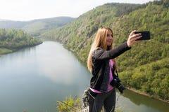 Blonde Frau, die ein selfie nimmt Stockbilder