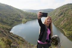 Blonde Frau, die ein selfie nimmt Lizenzfreie Stockbilder