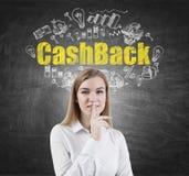 Blonde Frau, die ein Stillezeichen, cashback macht Lizenzfreies Stockfoto