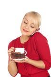 Blonde Frau, die ein Telefon und eine Schutzkappe des Kaffees anhält Lizenzfreies Stockfoto