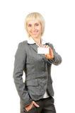 Blonde Frau, die eine Karte anhält Lizenzfreies Stockfoto