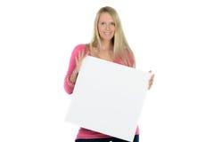 Blonde Frau, die eine leere Anzeige hält Stockfotos
