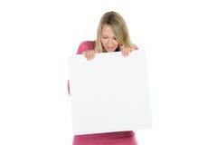 Blonde Frau, die eine leere Anzeige hält Stockbilder