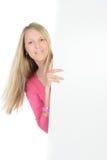 Blonde Frau, die eine leere Anzeige hält Stockbild