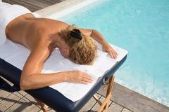 Blonde Frau, die eine Rückenmassage in einer Badekurortmitte hat Lizenzfreies Stockbild