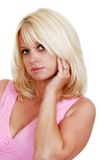 Blonde Frau, die eine rosafarbene Oberseite trägt Stockfotos