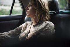 Blonde Frau, die in einem Taxi sitzt Lizenzfreies Stockfoto