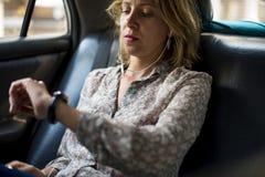 Blonde Frau, die in einem Taxi sitzt Lizenzfreie Stockfotos