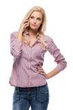 Blonde Frau, die einen Aufruf im Studio bildet Stockbilder