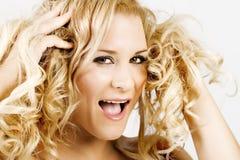 Blonde Frau, die einen falschen Haartag hat Lizenzfreies Stockbild