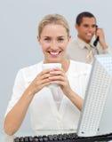 Blonde Frau, die einen Kaffee während des Bruches trinkt Lizenzfreies Stockfoto