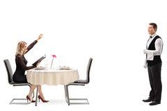 Blonde Frau, die einen Kellner anruft Lizenzfreies Stockbild