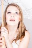 Blonde Frau, die einen Regenschirm hält Lizenzfreies Stockfoto