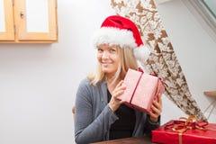 Blonde Frau, die einen roten sant Hut trägt Stockfotos