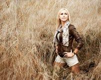 Blonde Frau, die am Feld aufwirft. Hintere Ansicht Stockbild