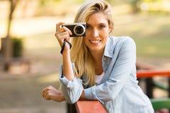 Blonde Frau, die Fotos macht Lizenzfreies Stockfoto