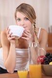 Blonde Frau, die frühstückt stockfotos