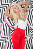 Blonde Frau, die in Front Printed Wall Sensually aufwirft Stockfotografie