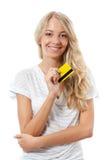 Blonde Frau, die gelbe Kreditkarte anhält Lizenzfreie Stockfotos