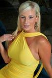 Blonde Frau, die gelbes Kleid trägt Lizenzfreies Stockbild