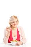 Blonde Frau, die Getreide von einer Schüssel isst Lizenzfreies Stockfoto