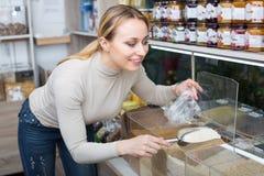 Blonde Frau, die Getreide wählt Lizenzfreie Stockfotografie