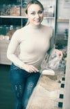 Blonde Frau, die Getreide wählt Lizenzfreie Stockbilder