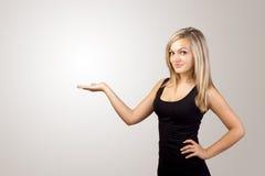 Blonde Frau, die Hand darstellt Lizenzfreie Stockfotografie