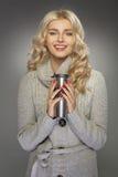 Blonde Frau, die heißes chocoalate trinkt Lizenzfreies Stockbild