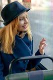 Blonde Frau, die heraus das Fenster im Bus schaut Lizenzfreie Stockbilder