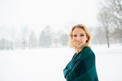 Blonde Frau, die ihr Haar draußen in der Winternatur wirft Lizenzfreie Stockfotografie