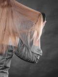 Blonde Frau, die ihr Haar kämmt Stockbilder