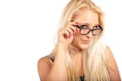 Blonde Frau, die ihre Brillen justiert Stockbilder