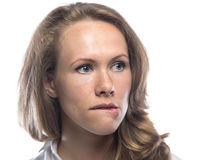 Blonde Frau, die ihre Lippe beißt Lizenzfreies Stockbild