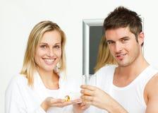 Blonde Frau, die ihre Medikation zeigt Stockfoto