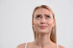 Blonde Frau, die ihre Traurigkeit ausdrückt Lizenzfreies Stockfoto