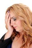 Blonde Frau, die ihren Kopf hält Lizenzfreies Stockfoto