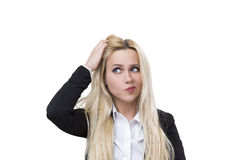 Blonde Frau, die ihren Kopf, lokalisiert verkratzt Stockbilder